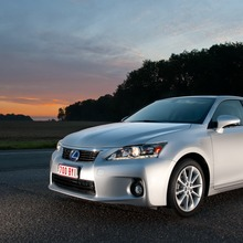 2011-Lexus-CT-200h-03