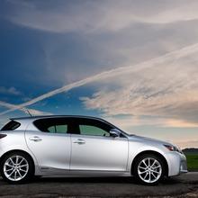 2011-Lexus-CT-200h-08