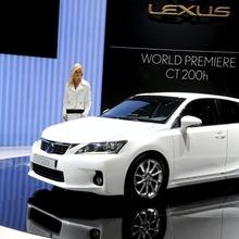 2011-Lexus-CT-200h-11