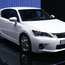 2011-Lexus-CT-200h-12
