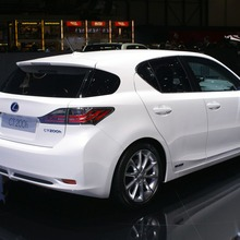 2011-Lexus-CT-200h-13