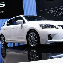 2011-Lexus-CT-200h-17